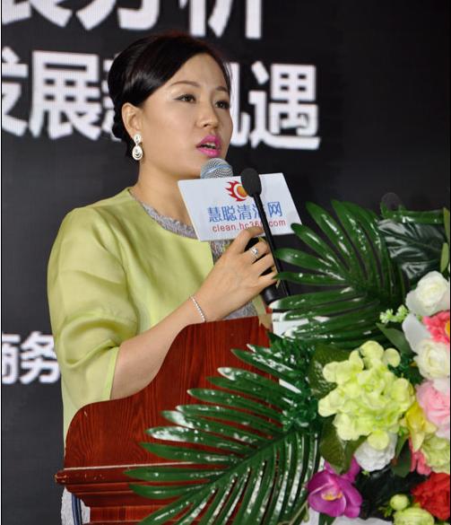 中国保洁联盟主席、慧聪酒店电子商务公司总经理杜志琴在会议现场发言